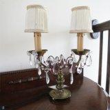 パープルの美しいガラスが目を引くテーブルランプ